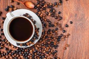 bovenaanzicht van een kopje koffie met bonen foto