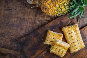 bovenaanzicht van ananastaarten foto
