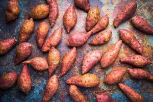 bovenaanzicht rode zoete aardappelen foto