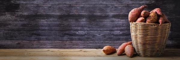 rode zoete aardappelen in de mand foto