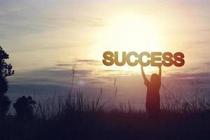 silhouet van de persoon die het woord succes houdt foto