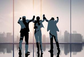 silhouet van mensen uit het bedrijfsleven vieren foto