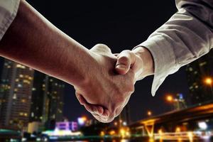 twee mensen uit het bedrijfsleven handen schudden foto