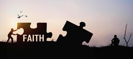 twee puzzelstukjes met het woord geloof foto
