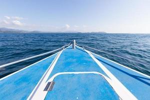 voorkant van de boot in de zee