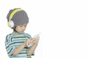 jong meisje luisteren muziek met koptelefoon op foto