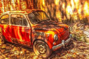 oude roestige auto voor een vuile muur foto