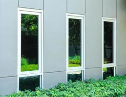 decoratieve ramen op een modern gebouw