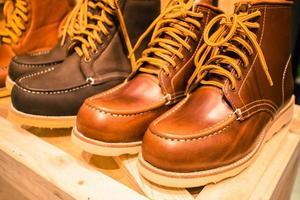 bruine laarzen te zien in de laarzenwinkel foto