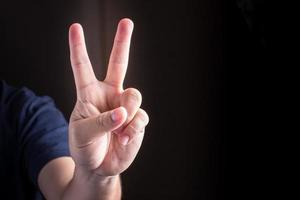 hand met twee vingers omhoog met vrede of overwinningsteken