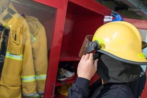 brandweerlieden in uniforme holdingsuitrusting