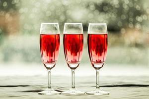 glazen wijn in een restaurant foto