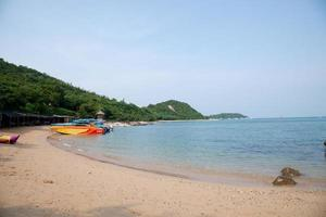 het strand van Koh Larn in Thailand foto
