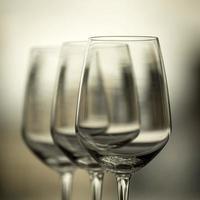 lege wijnglazen foto