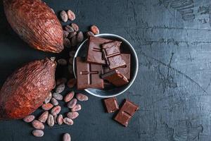 bovenaanzicht van chocolade op een donkere achtergrond