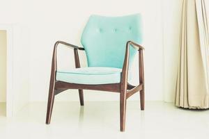 een turquoise houten stoel foto