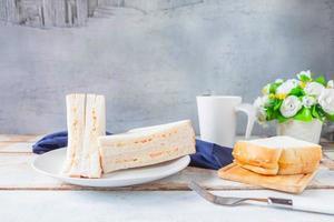 sandwich op een tafel foto