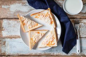 bovenaanzicht van sneetjes brood op een bord foto