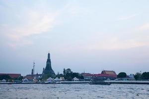 boot varen in de rivier in wat arun, thailand foto