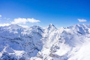 prachtig panoramisch uitzicht op de Zwitserse Alpen foto