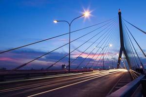 verkeer op de brug in bangkok bij zonsondergang foto