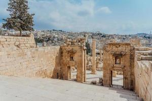 de tempel esplanade in jerash, jordanië foto