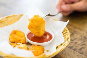 krokant gebakken kipnuggets met tomatensaus foto