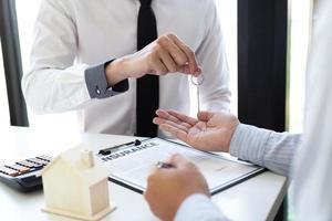 ondernemer die een contract ondertekent foto