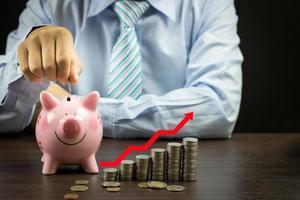 zakenman munten ingebruikneming spaarvarken