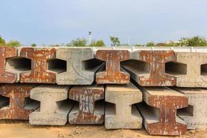 stapel voorgespannen betonnen palen foto