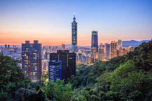 taipei, taiwan skyline van de stad bij zonsondergang foto