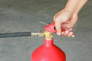 hand op de trekker van brandblusser foto