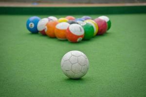 biljartbal geschilderd als een voetbal foto