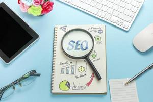 seo-strategie op papier met vergrootglas
