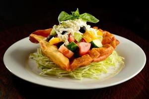 gemengde salade op plaat foto