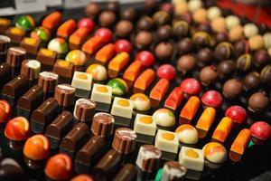 rijen kleurrijke chocolaatjes foto