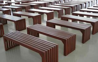 lege eenvoudige houten banken foto