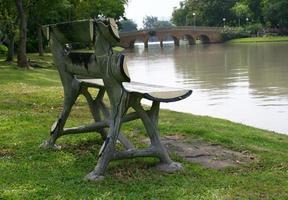 oude houten bank in een park foto