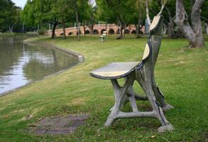houten bank bij water foto