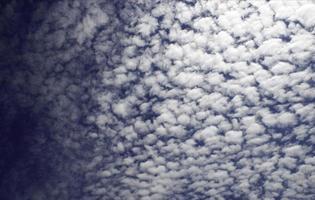blauwe lucht met een deken van wolken
