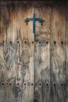 antieke houten deur met ijzeren studs foto