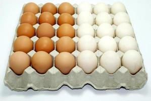 bruine en witte eieren in een krat