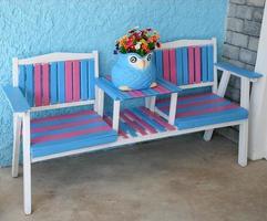 kleurrijke buitenstoelen en plantenbak foto