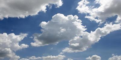 pluizige witte wolken in een blauwe lucht gedurende de dag