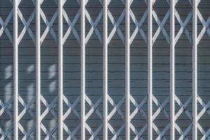 witte beveiligingsbalken op een stedelijk raam