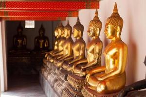 boeddhabeelden in een tempel in thailand