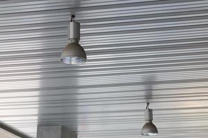lampen gemonteerd aan het plafond van de kamer