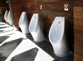 urinoirs tegen een houten muur foto