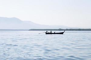 silhouet een vissersboot