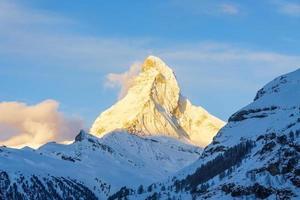 uitzicht op de prachtige matterhorn-piek in zwitserland foto